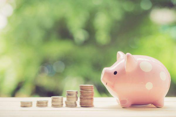 豚の貯金箱にお金が貯まっている